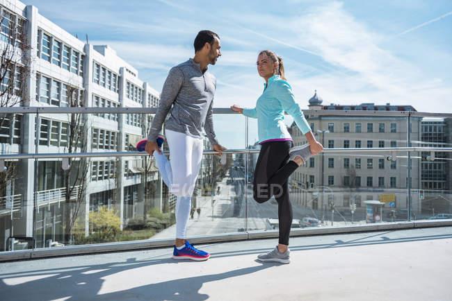 Пара упражнений на растяжку на мосту в городе — стоковое фото