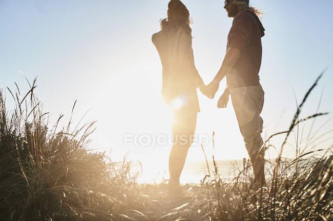 Португалия, Алгарве, пара смотрит закат на пляже — стоковое фото