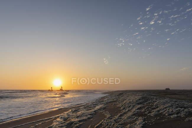 Namibie, Atlantique Sud, Baie de Henties, Bateau de pêche échoué sur la côte — Photo de stock