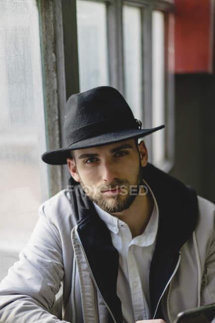 Бородатый мужчина в черной шляпе — стоковое фото