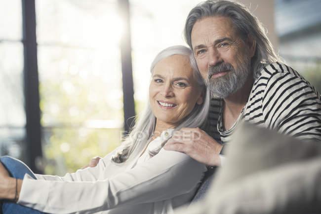 Glückliches Seniorenpaar zu Hause sitzend — Stockfoto