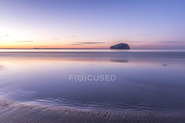 Royaume-Uni, Écosse, North Berwick, Firth of Forth, vue de Bass Rock au coucher du soleil — Photo de stock