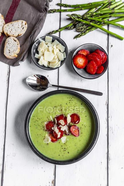 Crema di asparagi verdi con fragola, parmigiano e baguette — Foto stock