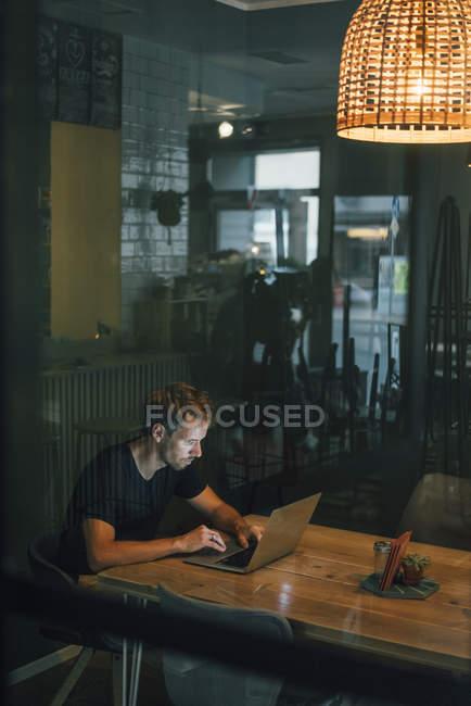 Uomo che fa gli straordinari nella propria attività di start-up — Foto stock