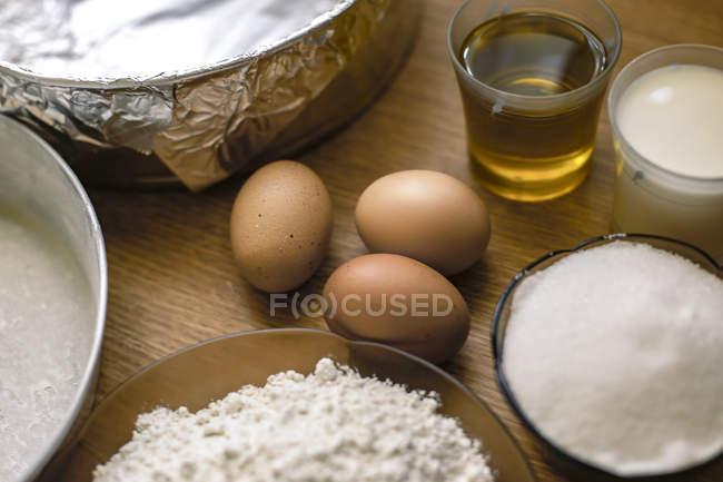 Інгредієнти для торта, квітки пшениці, цукру, молока та яєць на кондитерський борт — стокове фото
