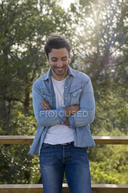Ritratto di giovane uomo ridente — Foto stock