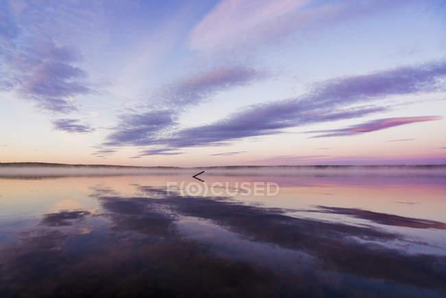 Швеция, Лапландия, Кируна, закат у озера — стоковое фото