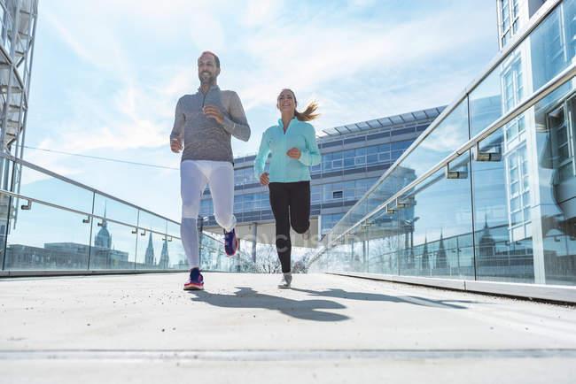 Paar läuft durch die Stadt — Stockfoto