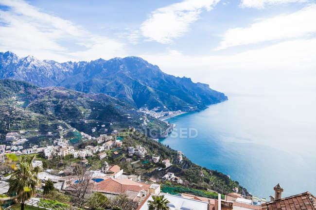 Italien, Kampanien, Amalfiküste, Ravello, Südansicht der Amalfiküste und des Mittelmeers — Stockfoto