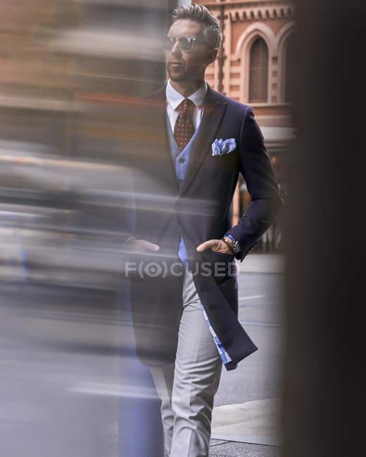 Блогер моды Стив Тилбрук прогуливается по городу — стоковое фото