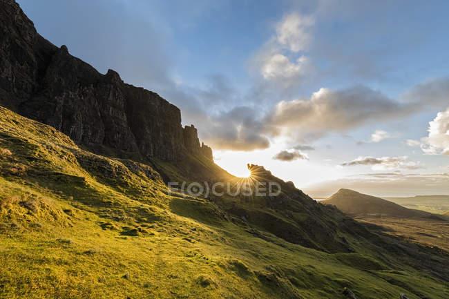 Royaume-Uni, Écosse, Hébrides intérieures, île de Skye, Trotternish, Quiraing, lever de soleil à la prison et Meall na Suiramach — Photo de stock