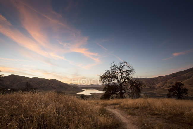 USA, California, Lake Kaweah in the evening with sunset sky — Stock Photo