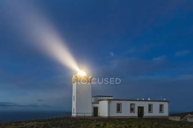 Reino Unido, Escócia, Caithness, Duncansby Head, Duncansby Head Lighthouse a hora azul — Fotografia de Stock