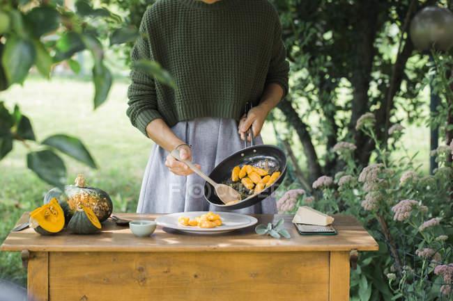 Mulher com abóbora gnocchi caseiro, vista parcial, cozinhar em panela — Fotografia de Stock