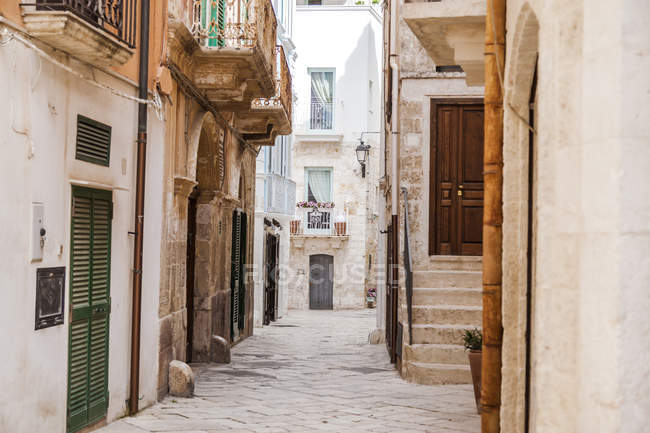Italy, Puglia, Polognano a Mare, narrow alley at historic old town — Stock Photo