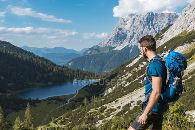 Österreich, Tirol, Junger Mann wandert in den Bergen am Seebensee — Stockfoto
