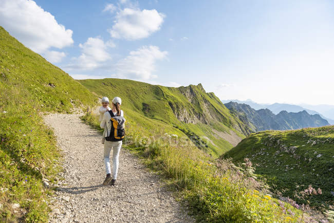 Germany, Bavaria, Oberstdorf, mother and little daughter on a hiking trip in the mountains — Stock Photo