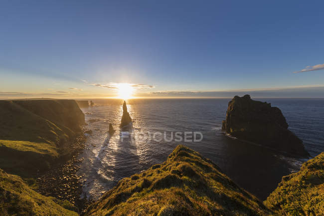 UK, Scotland, Caithness, Coast of Duncansby Head, Duncansby Stacks at sunrise — Stock Photo