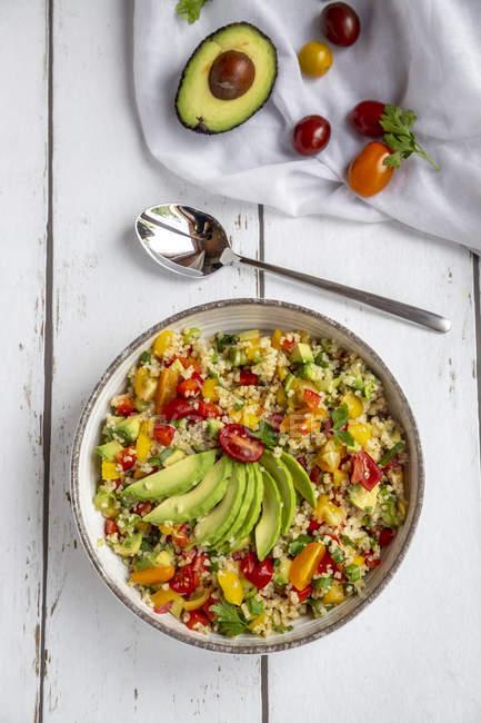 Кубок БУлгур салат з перцем, помідорами, авокадо, цибулею та петрушкою — стокове фото
