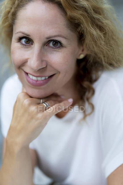 Портрет усміхнена жінка з карими очима — стокове фото