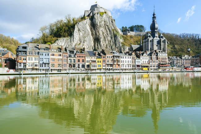 Bélgica, Dinant, paisaje urbano con río Mosa - foto de stock