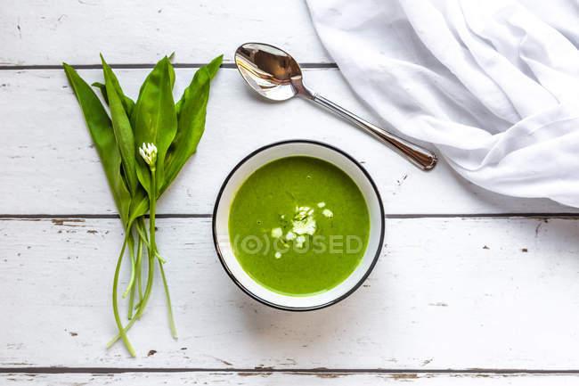 Bol de soupe de ramson garni de crème — Photo de stock