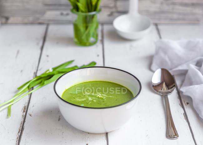 Cuenco de sopa de ramson adornado con crema - foto de stock