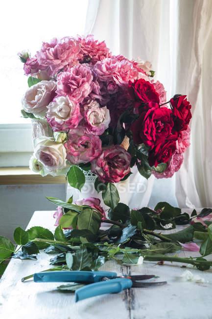 Gros plan de Bouquet de roses en vase — Photo de stock