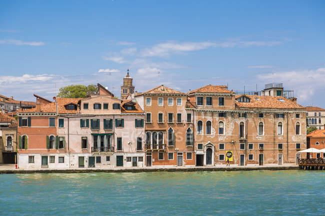 Itália, Veneza, fileira de casas vistas da lagoa — Fotografia de Stock