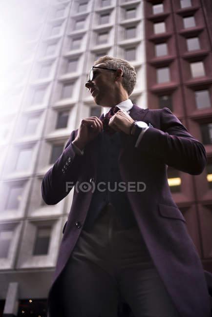 Blogueur de mode Steve Tilbrook ajuster sa cravate — Photo de stock