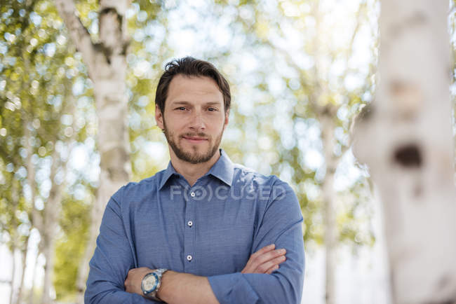 Ritratto di uomo d'affari sicuro all'aperto nella natura — Foto stock
