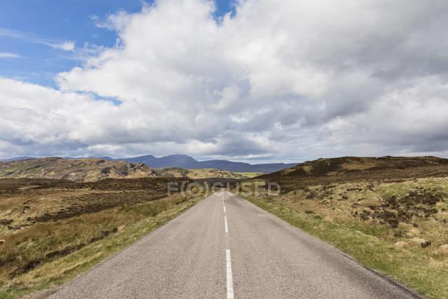 Royaume-Uni, Écosse, Highlands écossais, route A838 traversant les Highlands — Photo de stock