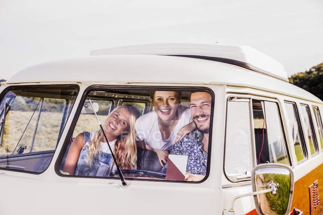 Amis heureux à l'intérieur van — Photo de stock