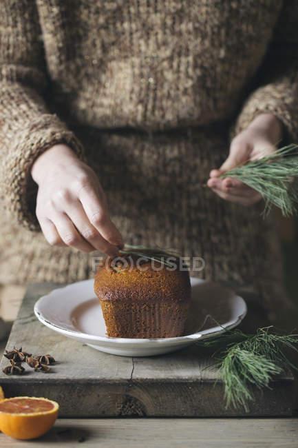 Woman's hand decorating Christmas cake — Stock Photo