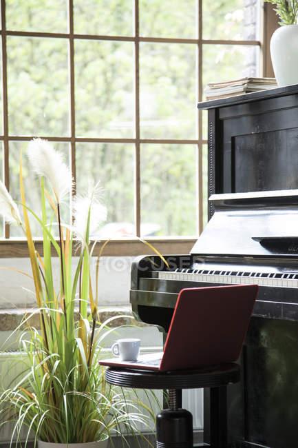 Pianoforte in un confortevole appartamento soppalco — Foto stock