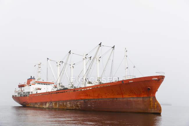 Namibia, Walvis Bay, nave da carico rossa — Foto stock