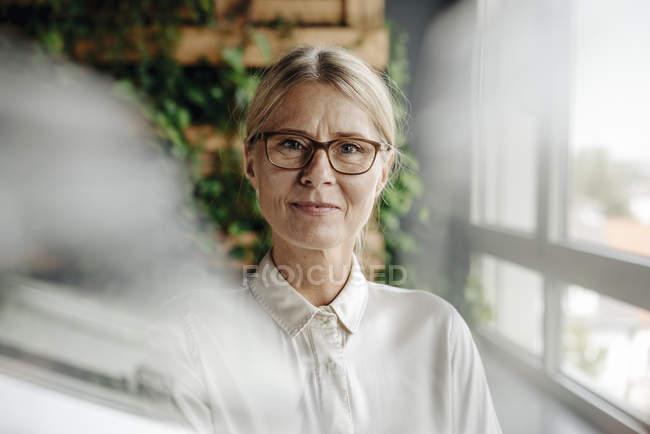 Ritratto di donna d'affari in ufficio verde alla finestra — Foto stock