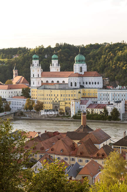 Germany, Bavaria, Passau, St. Stephen 's Cathedral and Inn River — стоковое фото