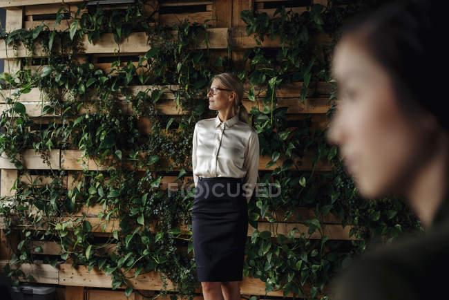 Femme d'affaires dans la pensée verte de bureau — Photo de stock