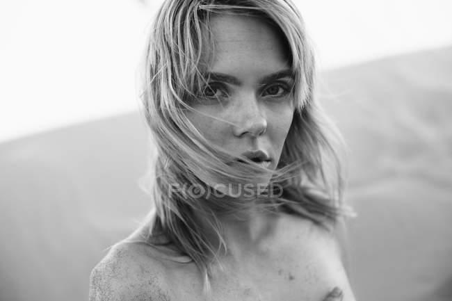 Preto e branco retrato de bela jovem e olhando para a câmera — Fotografia de Stock