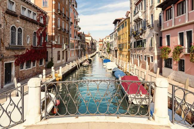 Itália, Veneza, Rio de la Fornace, beco e barcos no canal — Fotografia de Stock