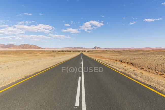 Африка, Намібія, Анамб-пустеля, Національний парк Наулюфт, порожня дорога до Sossusvlei — стокове фото