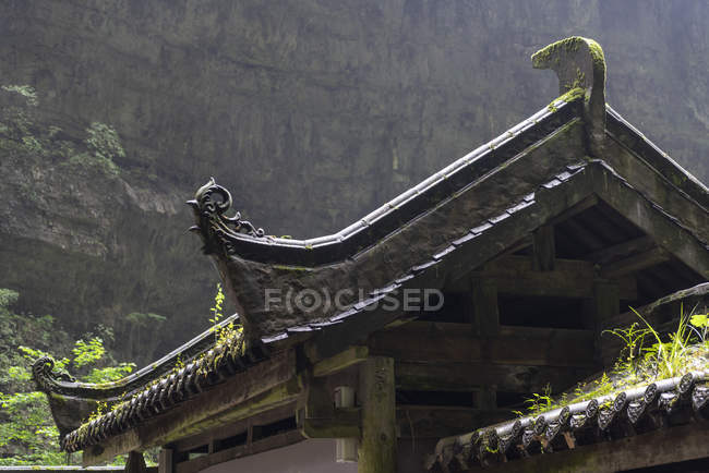Chine, province du Sichuan, Wulong, détail du toit traditionnel — Photo de stock