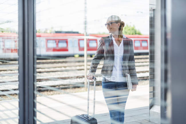 Mature businesswoman waiting at platform — Stock Photo