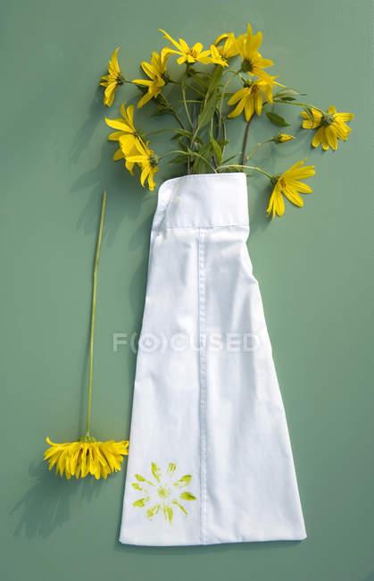 Textildruck auf den hochgezogenen Ärmeln des alten Hemdes — Stockfoto
