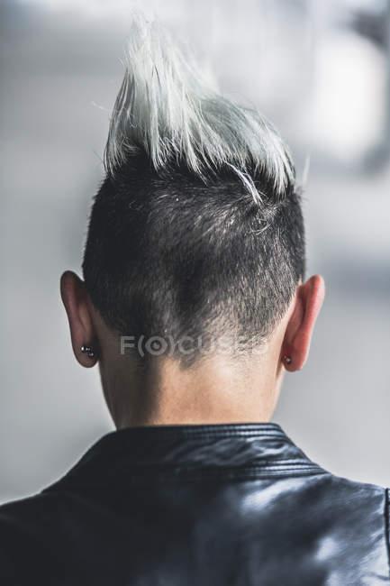 Vista posteriore della donna punk con taglio di capelli mohawk — Foto stock
