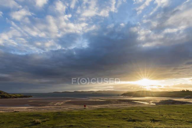 Royaume-Uni, Écosse, Highlands écossais, Loch Ewe, Poolewe, Firemore Beach, lever du soleil — Photo de stock