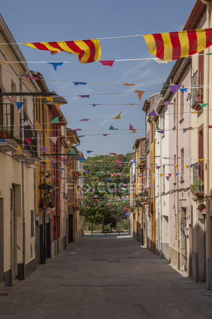 Spain, Catalonia, alley with Catalonian flags — стоковое фото