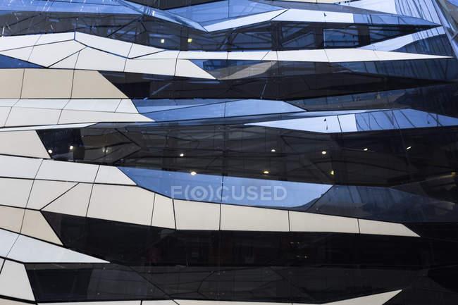 Pologne, Poznan, façade du centre commercial moderne — Photo de stock