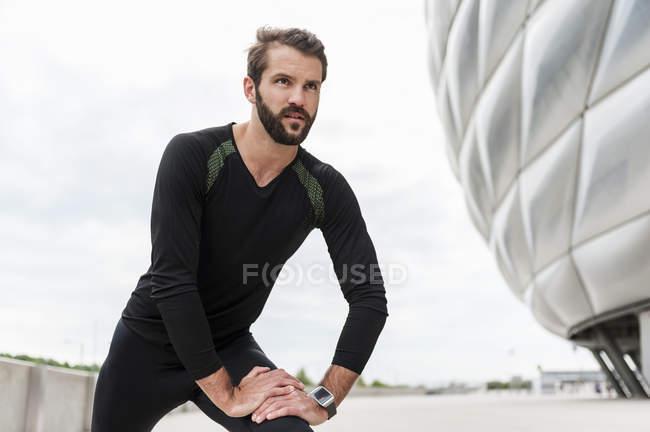 Hombre stetching en el estadio - foto de stock